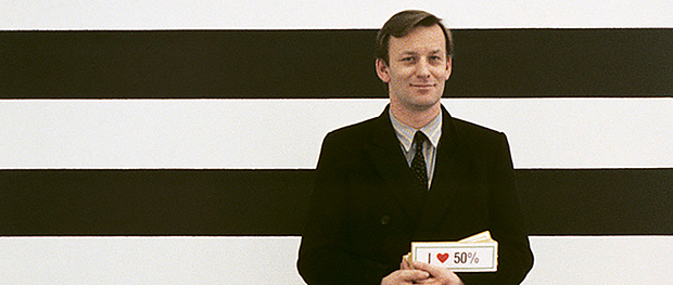 Martin Kippenberger in front of a wall painting by Günther Förg, Galerie Max Hetzler, Cologne 1985 © Photo: Estate Günther Förg, Suisse / VG Bild-Kunst, Bonn 2019, Courtesy the Estate of Martin Kippenberger, Galerie Gisela Capitain, Cologne